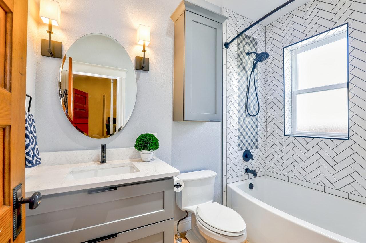 Des biocides dans la salle de bains: l'exemple des rideaux de douche